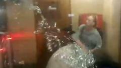 Женщина с огромным мешком мишуры закатила истерику в питерском метро