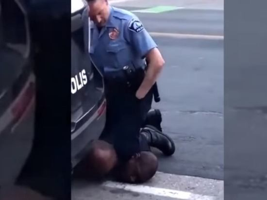 Полиция США показала видео с разрыдавшимся перед смертью Флойдом