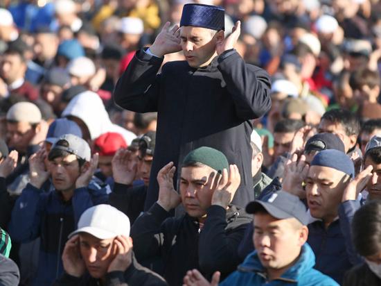 Мусульманские организации по-прежнему просят верующих оставаться дома