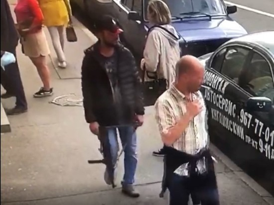 Мужчина с автоматом напугал прохожих на Римского-Корсакова