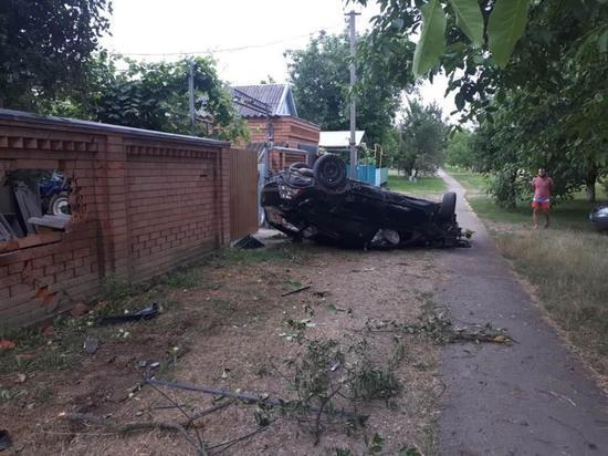 В станице Советской автомобиль врезался в забор, погибла пассажирка