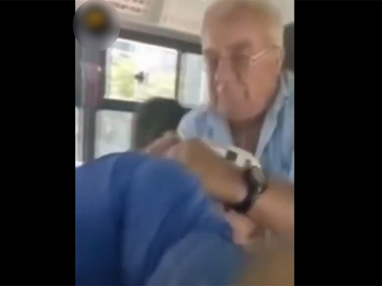 """Водитель автобуса вытолкал пенсионера, обозвавшего его """"козлом"""""""