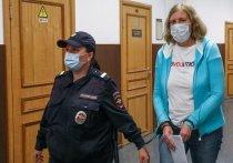 Обвиненных в торговле младенцами врачей сутки не кормили