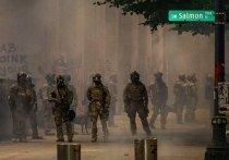 Федеральные сотрудники правоохранительных органов, одетые в камуфляж и тактическое снаряжение, вышли на улицы американского города Портленда, в котором протесты не прекращаются уже 50 дней