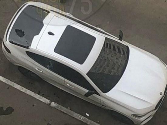 BMW пробили стекло скинутым из многоэтажки кальяном в Чите
