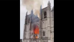 Во Франции загорелся древний собор Нанта: видео с места