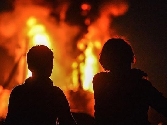 Мужчина и ребенок успели спастись из пожара в Тверской области
