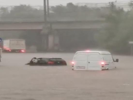 «Реки по улицам»: Ростов-на-Дону поплыл после дождя
