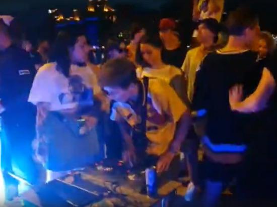 В Екатеринбурге молодежь устроила дискотеку под окнами правительства региона