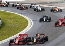 """Британец Льюис Хэмилтон выиграл Гран-при Венгрии и вышел в лидеры чемпионата пилотов, но главным героем гонки стал Макс Ферстаппен и механики """"Ред Булл"""" – они починили голландцу машину за несколько минут до старта, и он смог доехать до подиума."""