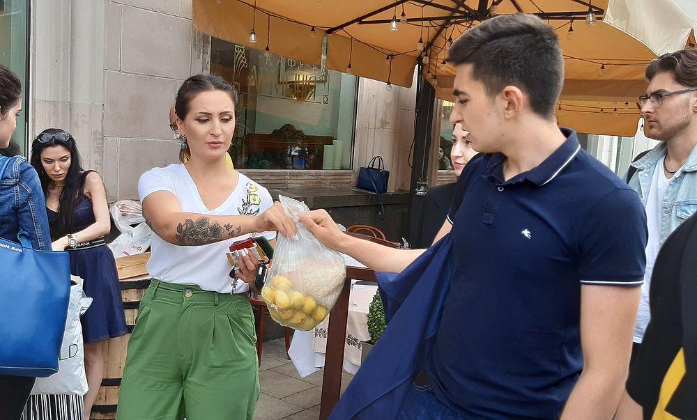 Армянские торговцы фруктами раздавали абрикосы в Москве: назло азербайджанцам