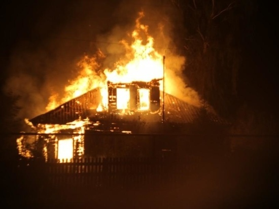 В Ивановской области в ночном пожаре сгорел большой частный дом