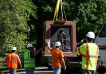 В США толпа продолжает воевать с памятниками: добрались до Колумба