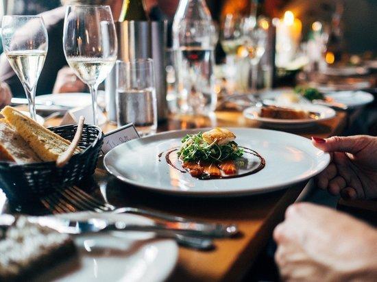 Роспотребнадзор запретит ресторанам включать чаевые в счет