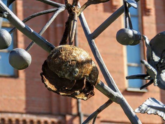 В Знаменском соборе Кемерова считают ржавчину на символичной «зимней вишне» художественным замыслом