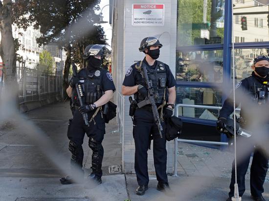 В Сиэтле разгорелись уличные бои: ранено 12 американских полицейских