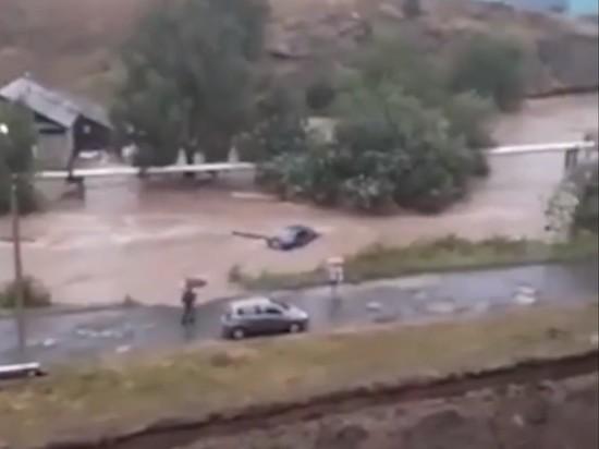 На Урале затопило город: по улицам поплыли авто и постройки