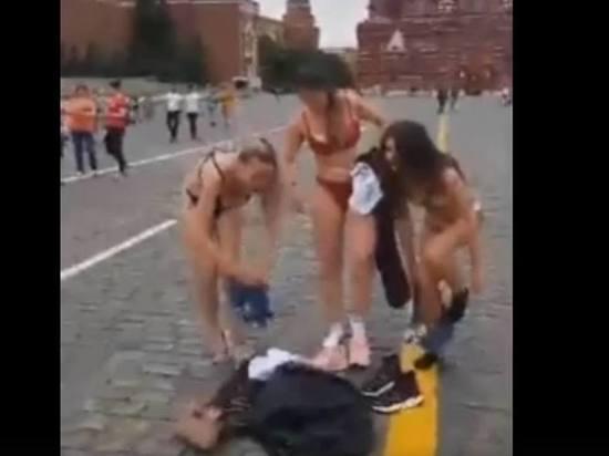 Трое девушек разделись до трусов на Красной площади