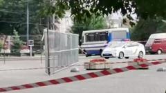 В украинском Луцке неизвестный захватил автобус с пассажирами: видео
