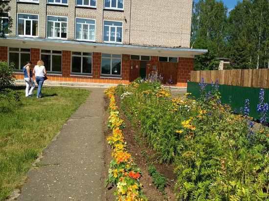 Юные садоводы Кирово-Чепецкого района превратили школы в цветущие сады