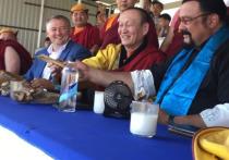 «Это большая кость, уау!»: в Улан-Удэ Стивен Сигал восхитился победителем «Алтан Мундарга»