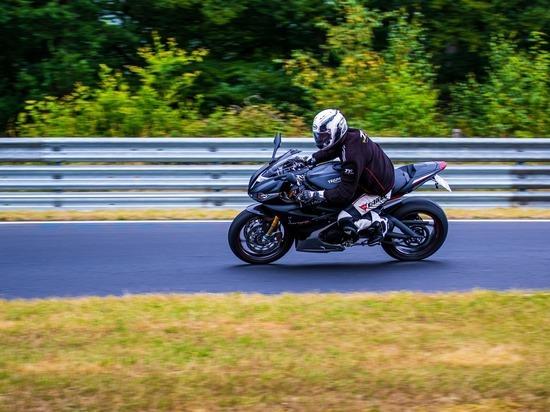 В Госдуме предложили штрафовать мотоциклистов за лавирование между рядами