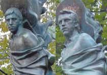 Высоцкому отрезали голову. С живым это сделать не успели, но сейчас — как раз к 40-летию со дня смерти — отрезали голову памятнику на могиле