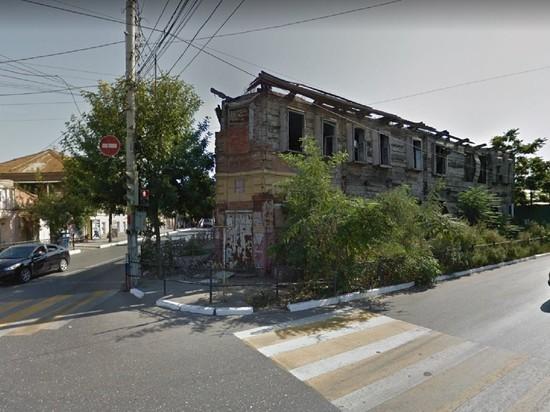 В Астрахани, наконец, снесли аварийное здание, сгоревшее еще 8 лет назад