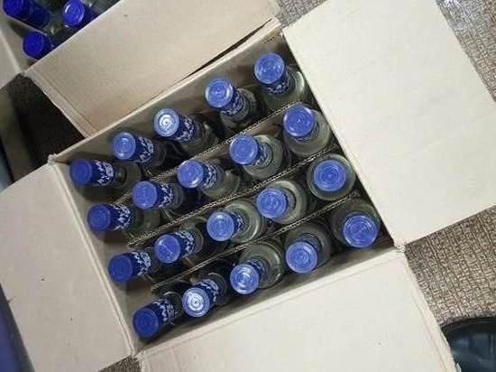 Полицейские изъяли из дома челябинца более тысячи бутылок нелегального алкоголя