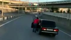 """В Сочи водитель """"Жигулей"""" вышел из едущей по трассе машины: видео"""