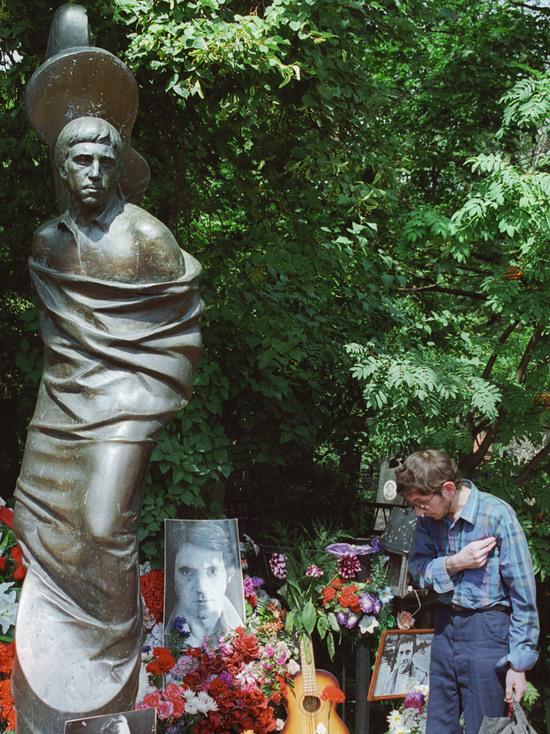Никита Высоцкий объяснил изменения в памятнике на могиле отца