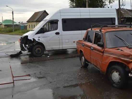 Маршрутный автобус из Абакана попал в тройное ДТП