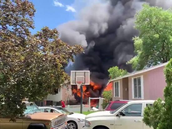 Опубликовано драматичное видео последствий падения самолета на жилые дома в США