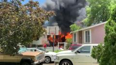 В США легкомоторный самолет упал на дом: кадры последствий