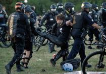 В американских городах Сиэтл и Портленд продолжаются беспорядки и столкновения протестующих против расовой несправедливости с силами правопорядка