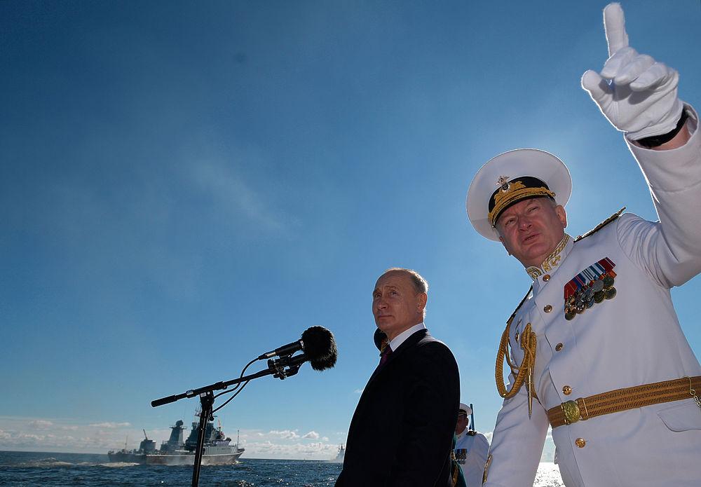 Путин на катере и в вертолете: кадры празднования Дня ВМФ