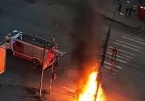 В Новосибирске очевидцы вытащили водителя из горящей машины после ДТП