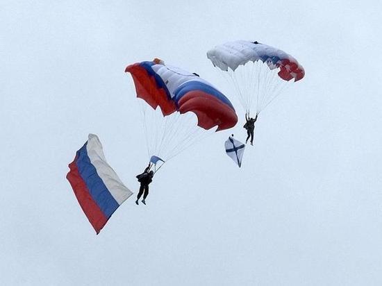 День ВМФ в Йошкар-Оле отметили приводнением парашютистов в реку