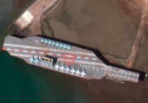 Иран разместил в Ормузском проливе фальшивый авианосец, сообщают западные СМИ со ссылкой на спутниковые фотографии
