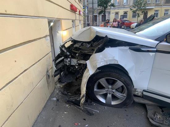 Land Rover врезался в стену дома после ДТП в Ковенском переулке