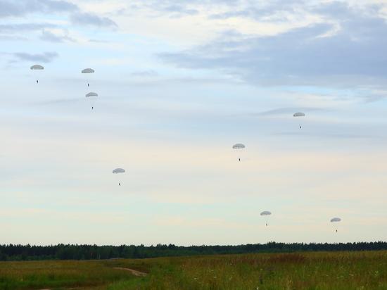 500 прыжков с парашютом выполнили под Псковом военные из Ленобласти