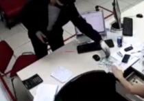 Житель Минусинска с электрошокером вежливо ограбил офис микрозаймов