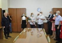 Старейший сотрудник МКС принимает поздравления с юбилеем