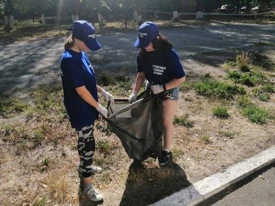 Подростки из трудового отряда СРЦ Курчатовского района проводят летнюю уборку