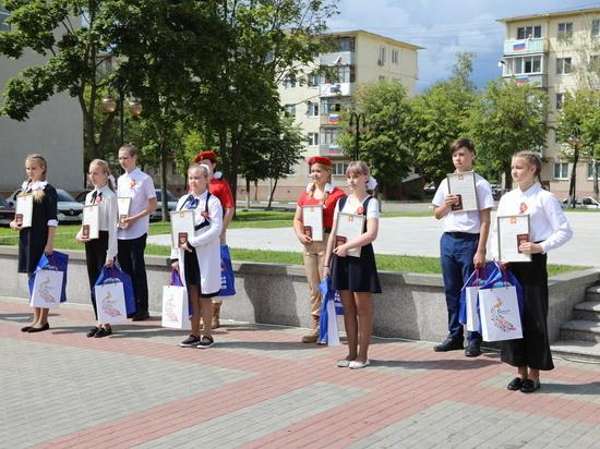 В минувшую пятницу девять юных серпуховичей в торжественной обстановке из рук главы городского округа Серпухов получили свой первый самый главный документ — паспорт гражданина Российской Федерации
