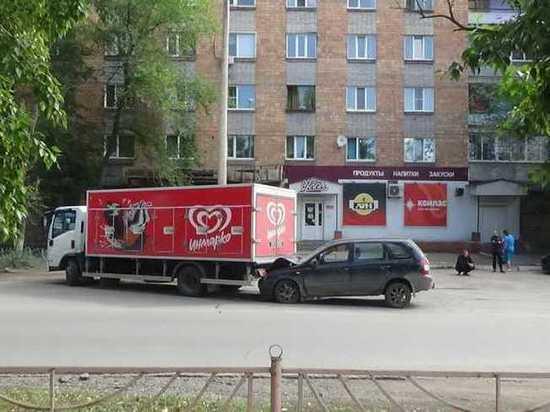 В Черногорске водитель грузовика не заметил легковушку, сдавая назад