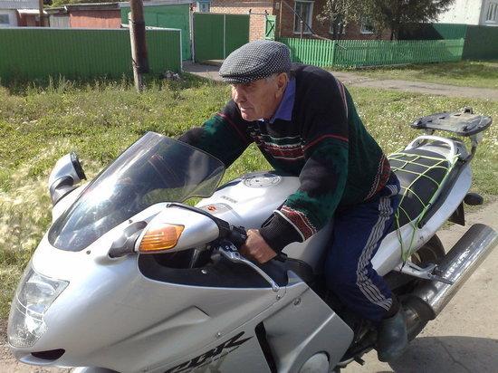 В Хакасии 68-летний мотоциклист переломал ребра, слетев в кювет