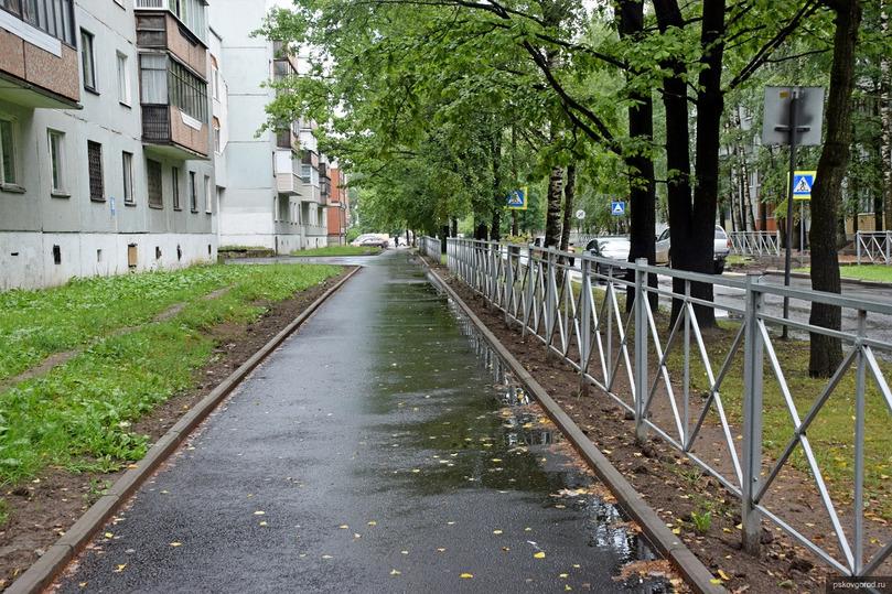 На улице Народной в Пскове отремонтировали два пешеходных тротуара, фото-1