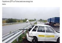 Фура протаранила такси на трассе в Ленинск-Кузнецком районе