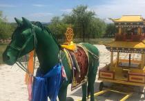 В Бурятии пауты пытались укусить буддийского коня, сделанного из папье-маше